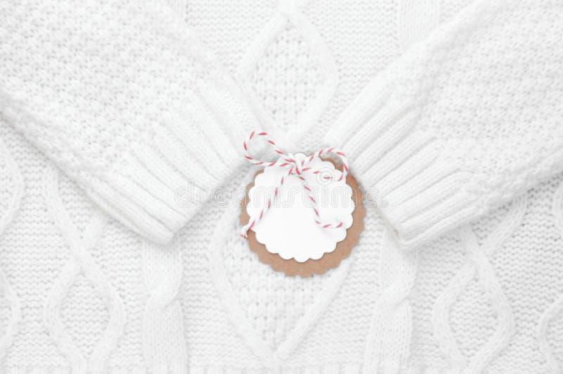 Праздничная белизна связала свитер зимы с ярлыком для поздравлений зима снежка положения праздников мальчика горизонтально стоковая фотография rf