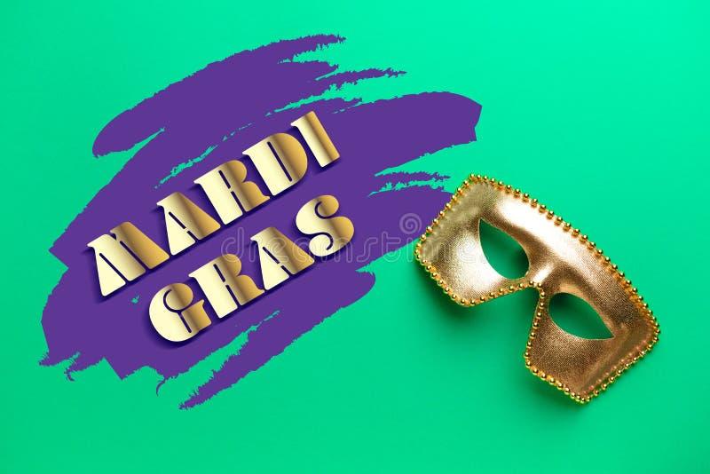 Праздничная маска с МАРДИ ГРА текста (также известным как жирный вторник) на предпосылке цвета стоковые изображения rf