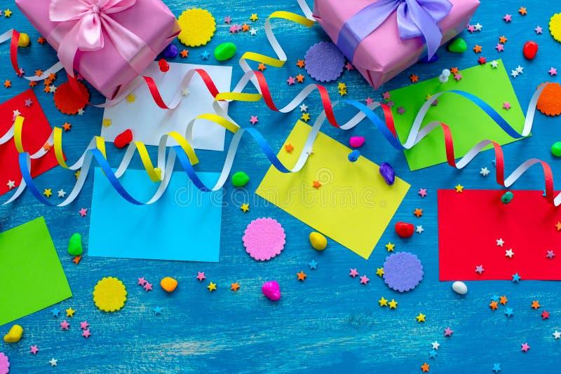 Праздничная предпосылка для рождества коктеиля пинка смычка ленты подарочной коробки деталей рождества положения квартиры состава стоковые изображения rf