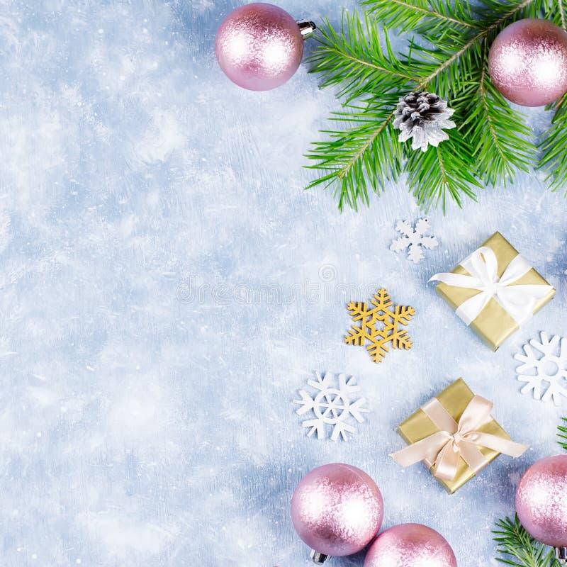 Праздничная предпосылка рождества с ветвями ели, символами рождества, настоящими моментами, красочными украшениями, космосом экзе стоковое фото rf