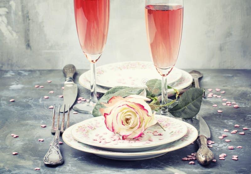 Праздничная сервировка стола для острословия дня валентинок, плит и стекел стоковое изображение rf