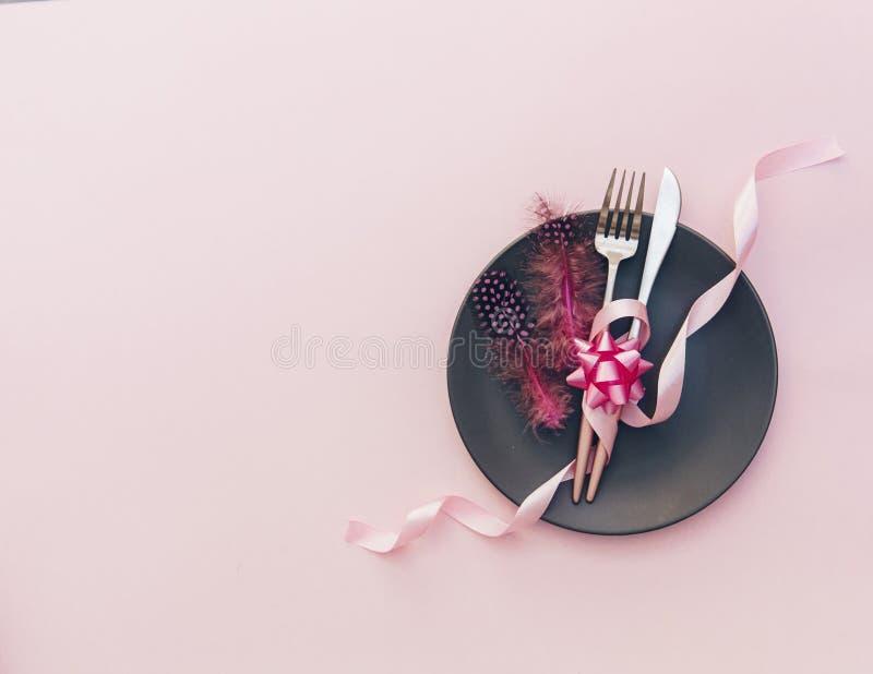 Праздничная сервировка стола партии с на розовой предпосылкой стоковые изображения