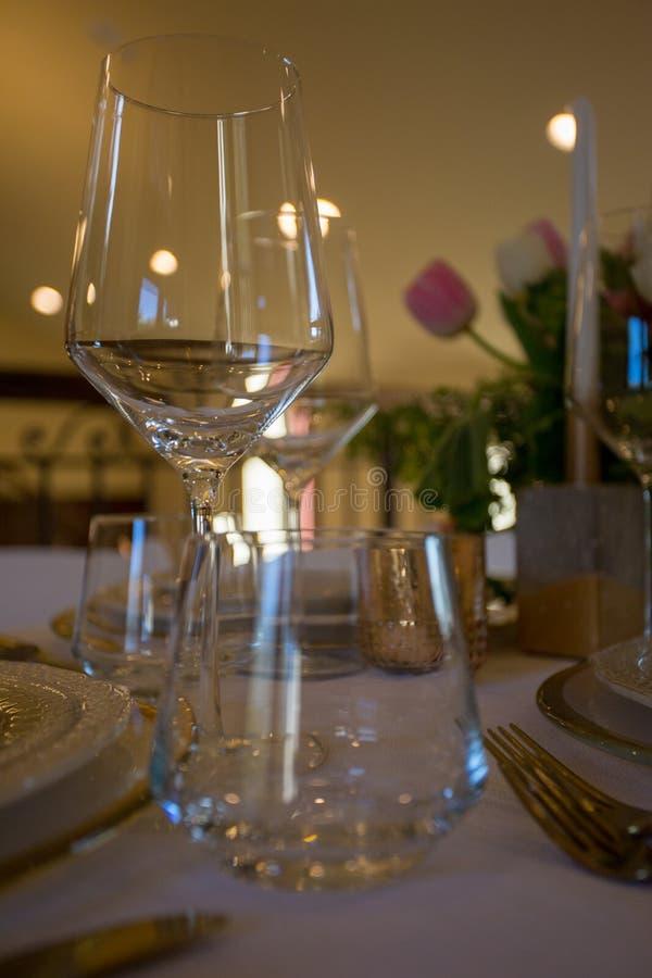 Праздничная таблица установленная для обедающего стоковая фотография rf