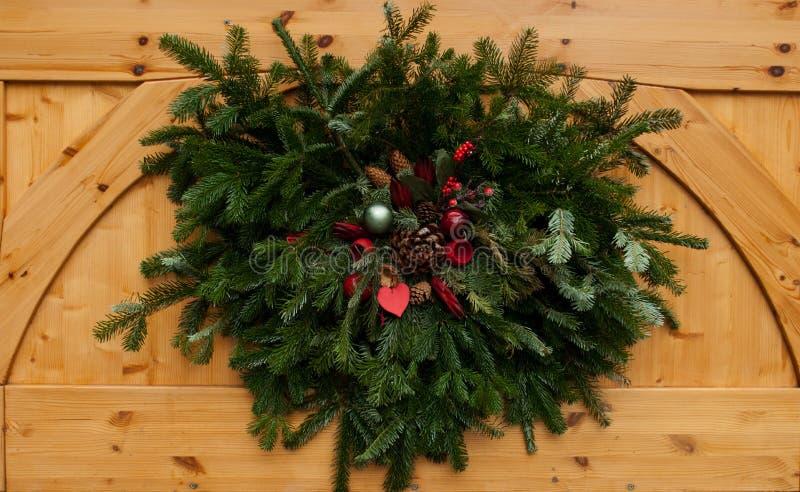 Праздничное украшение с зелеными хворостинами ели и орнаментами рождества стоковое фото rf