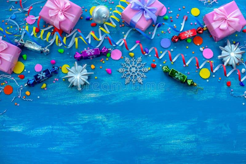 Праздничное яркое голубое украшение предпосылки на праздник покрасило космос Christm экземпляра положения квартиры взгляд сверху  стоковые фотографии rf