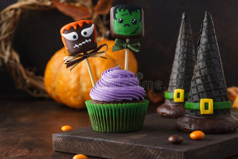 Праздничные пирожные хеллоуина украшенные с попами торта стоковая фотография rf