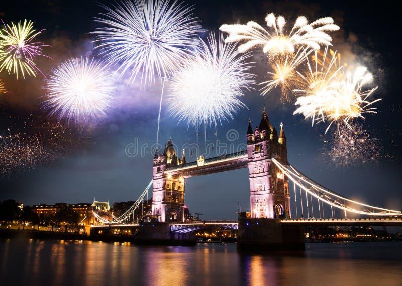 праздничные фейерверки за мостом башни - назначением Нового Года E r стоковое фото