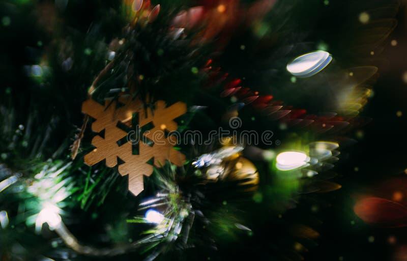 Праздничные элегантные традиционные игрушки рождественской елки стоковое фото
