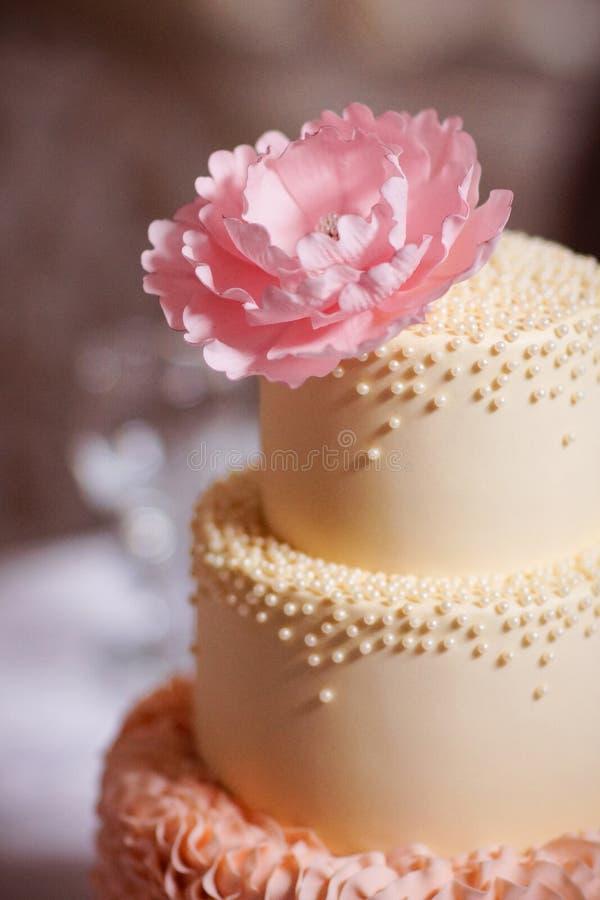 Праздничный свадебный пирог от нескольких ярусов стоковые изображения