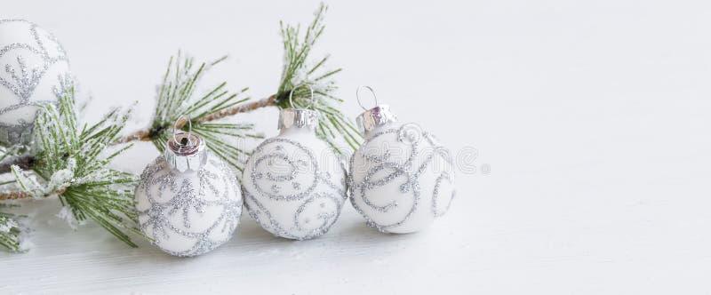 Праздничный серебр и шарики белого рождества украшения с снежным стоковые изображения