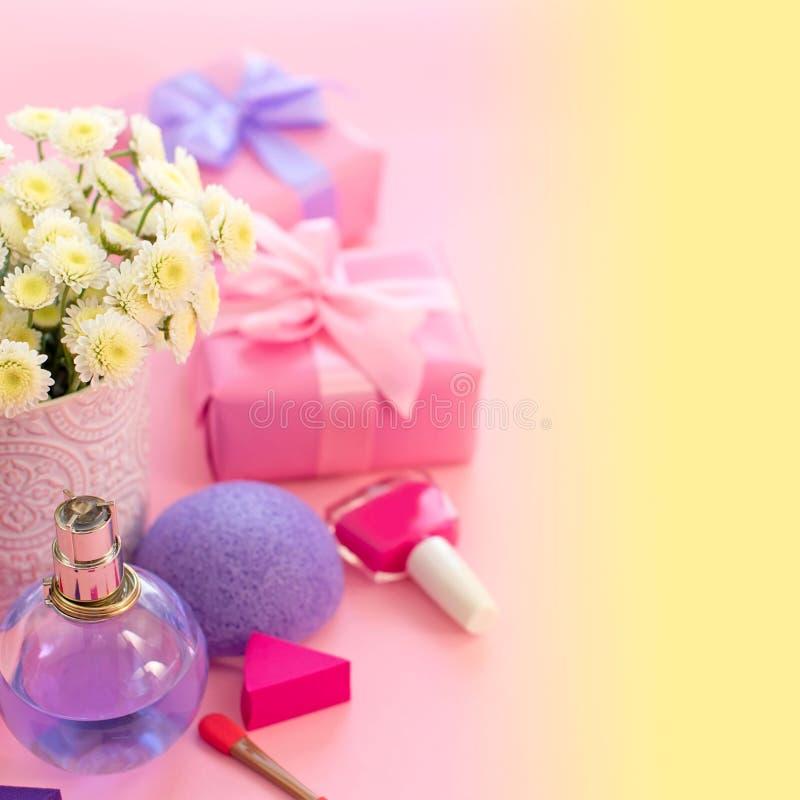 Праздничный состав с подарочной коробкой с предпосылкой губки дух косметик хризантемы цветков вазы яркой насыщенной gradie стоковые изображения