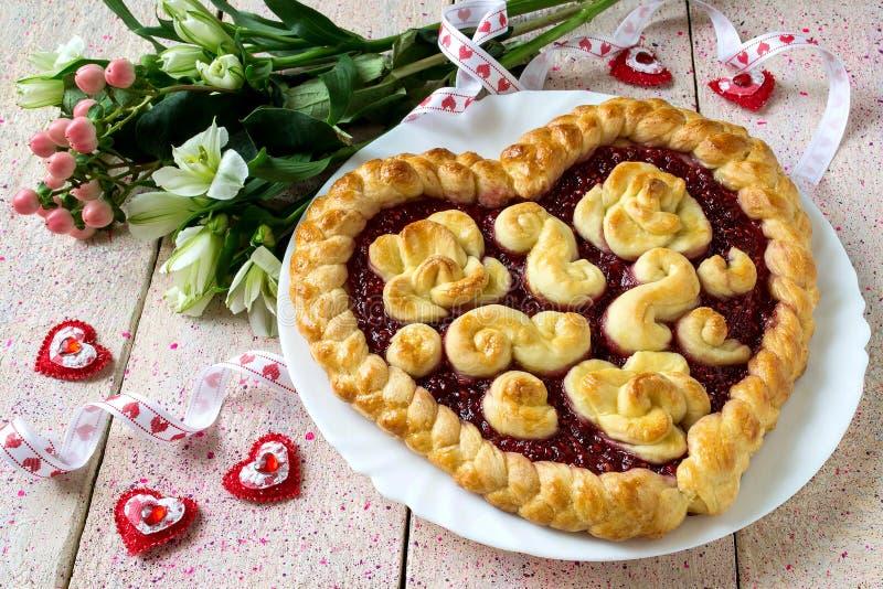 Праздничный торт на день ` s валентинки в форме сердца стоковое изображение rf