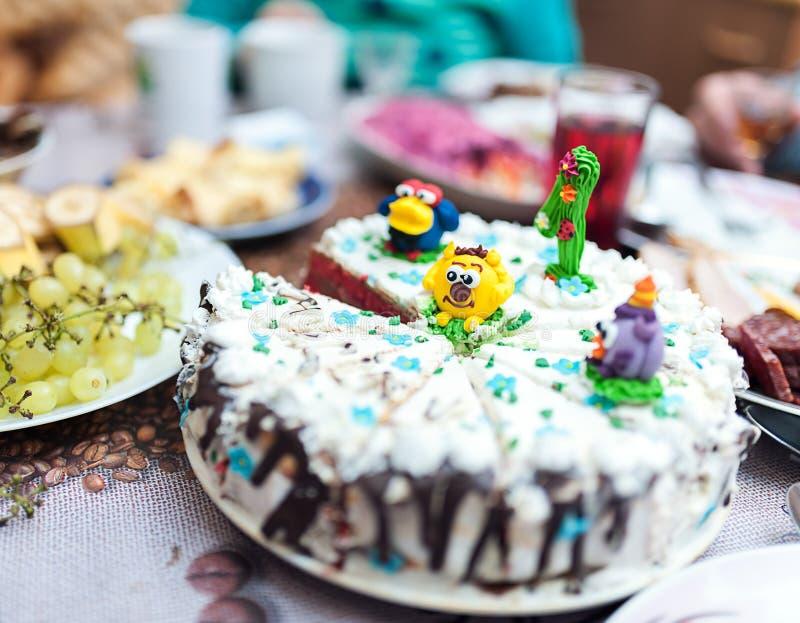 Праздничный торт на таблице стоковая фотография rf