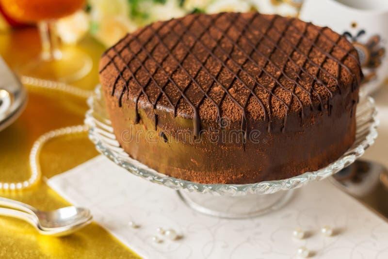 Праздничный украшенный шоколадный торт с поливой шоколада на блюде стоковое изображение