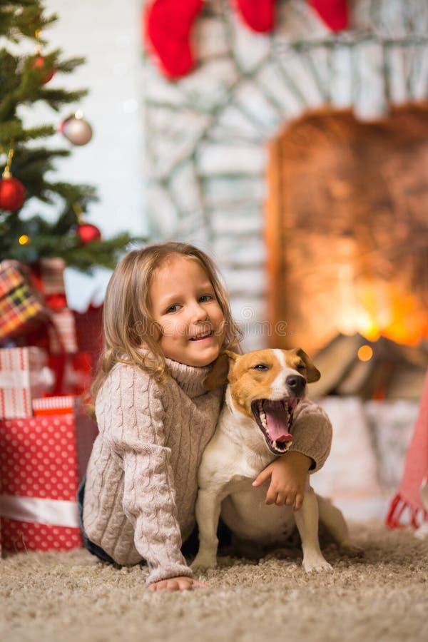 Праздновать ребенка девушки счастливого рождества дома fireplac стоковое фото