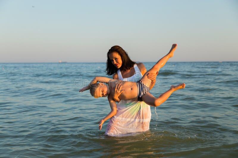 Праздники семьи на побережье стоковые фотографии rf