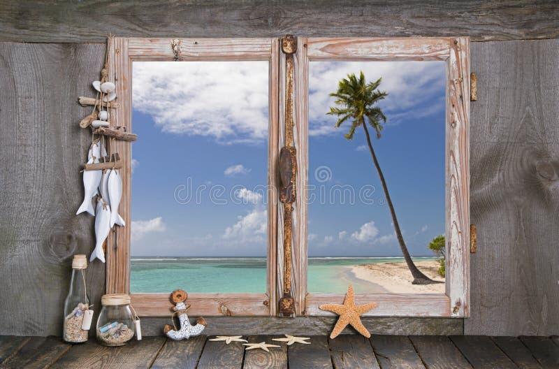 Праздник в рае: деревянный силл окна с взглядом к пляжу стоковая фотография rf