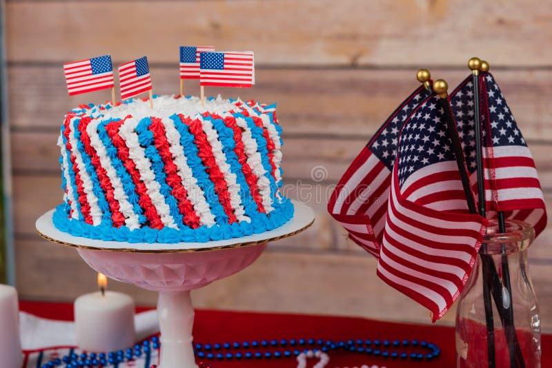 Праздник США с красным белым и голубым тортом, флагами стоковое изображение rf