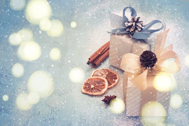 Праздничная предпосылка рождества с подарками и bokeh снежности олово стоковые изображения rf
