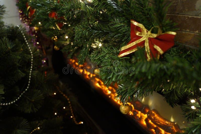 Праздничная рождественская елка украшенная в комнате стоковое фото rf