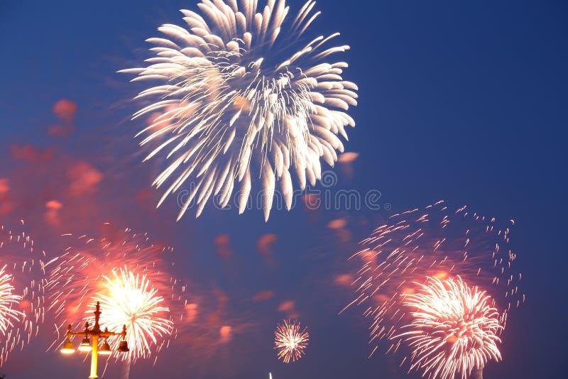 Download Праздничные красочные фейерверки Стоковое Изображение - изображение насчитывающей выдержка, ноча: 40578897