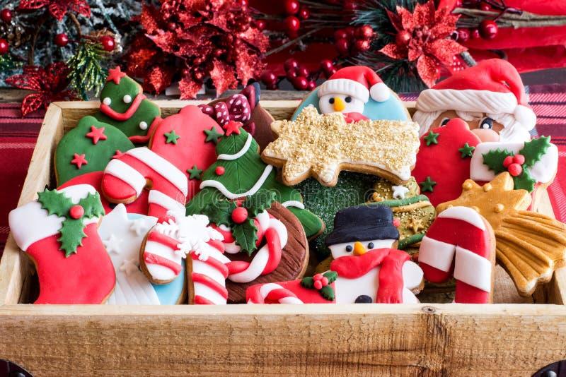 Праздничные печенья рождества в корзине стоковое фото