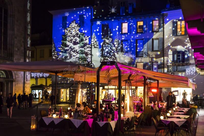Праздничные украшения рождества на фасадах зданий в Como, I стоковое изображение