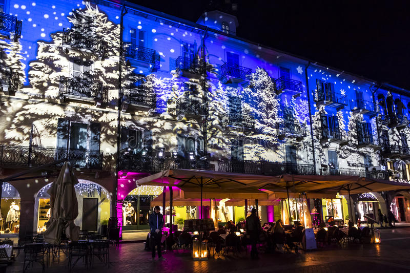 Праздничные украшения рождества на фасадах зданий в Como, I стоковые изображения rf