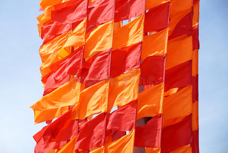 Праздничные флаги красного и оранжевого цвета стоковые фото