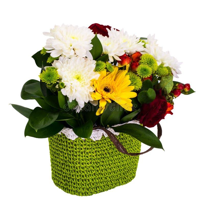 Праздничный букет цветков в плетеной корзине на белом backgro стоковое фото