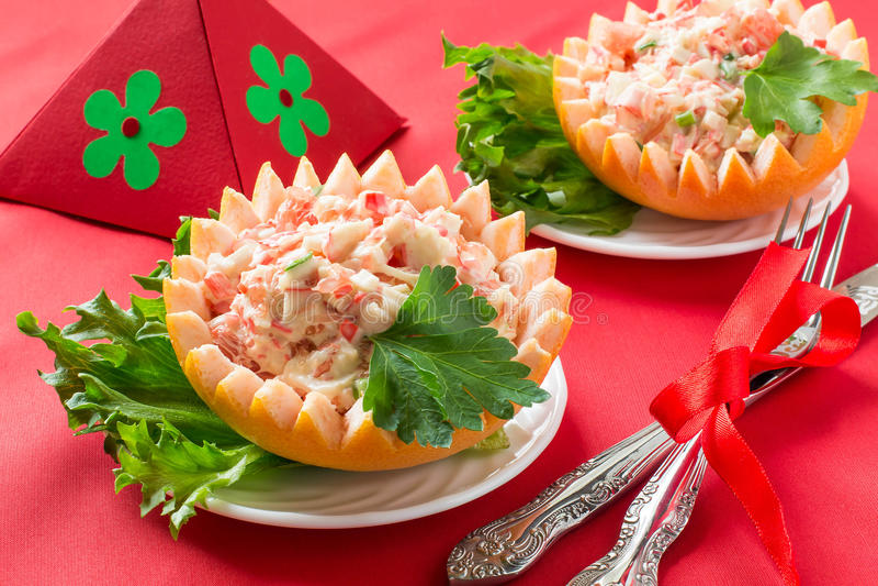 Праздничный салат с грейпфрутом и мясом краба стоковые фото