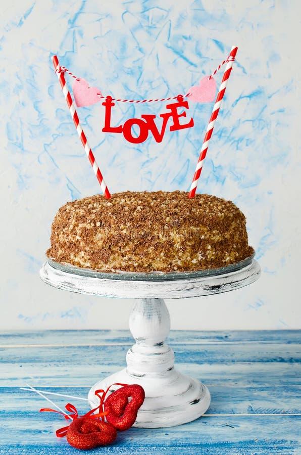 Праздничный торт с влюбленностью экстракласса на голубой предпосылке стоковые фото