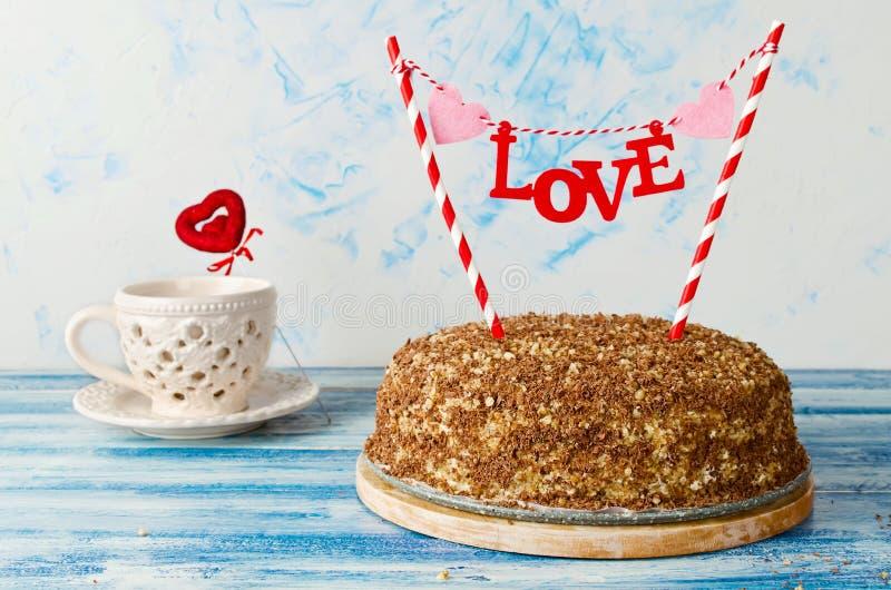 Праздничный торт с влюбленностью экстракласса на голубой предпосылке стоковые изображения rf