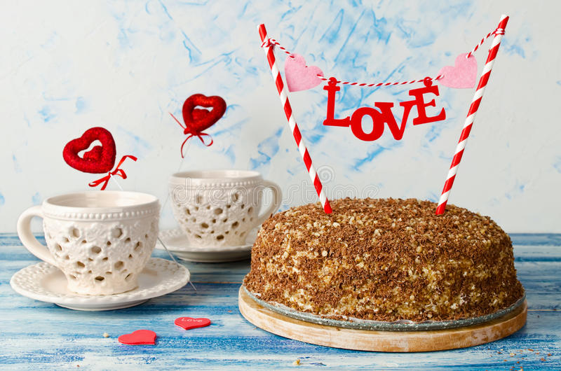 Праздничный торт с влюбленностью экстракласса на голубой предпосылке стоковая фотография rf