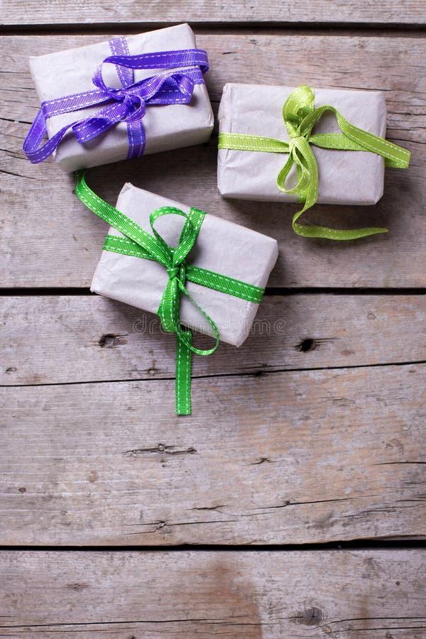3 праздничных подарочной коробки с настоящими моментами на постаретом деревянном backgrou стоковые фото