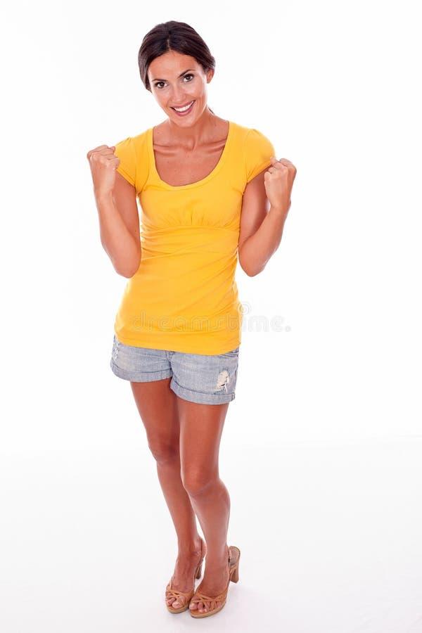 Праздновать взрослую женщину усмехаясь на камере стоковые фото