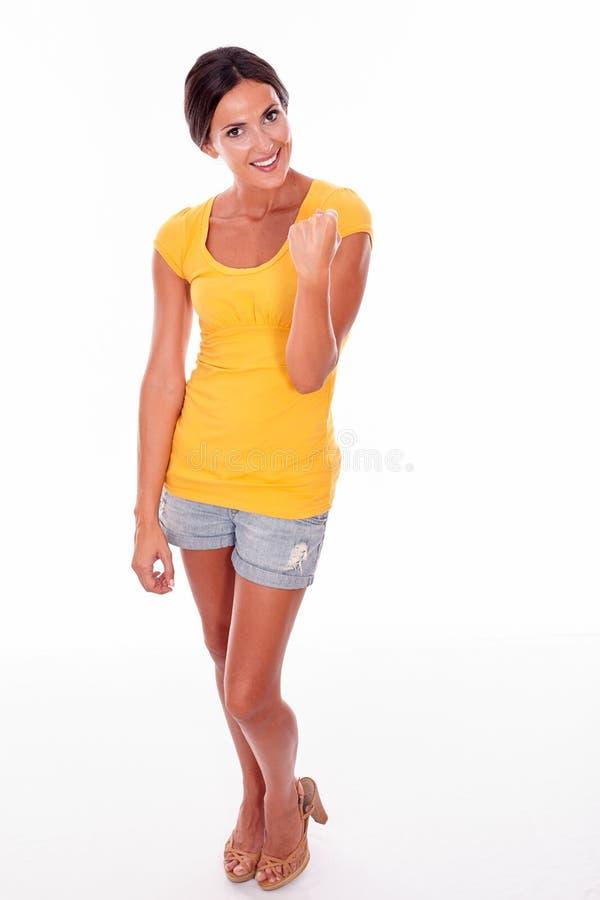 Праздновать взрослую женщину усмехаясь на камере стоковое изображение rf