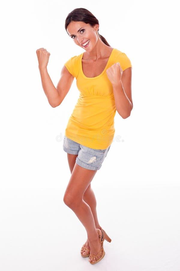 Праздновать взрослую женщину усмехаясь на камере стоковые фотографии rf