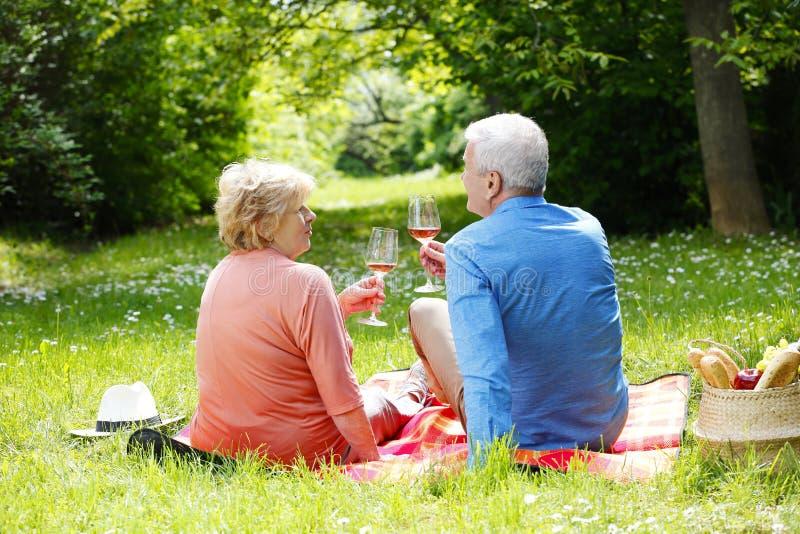 праздновать старший пар романтичный стоковое изображение
