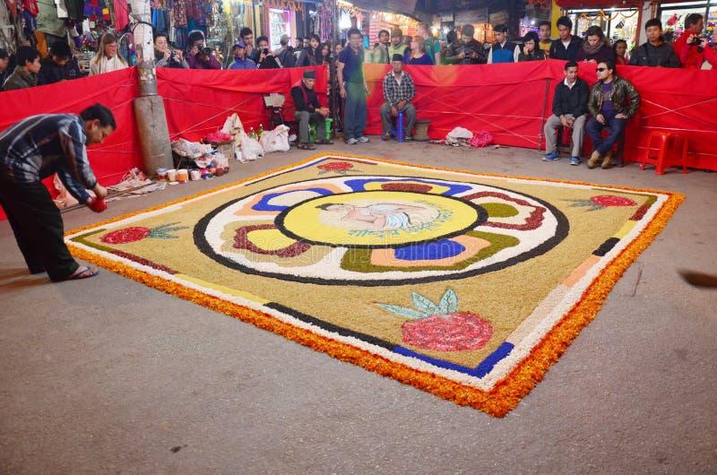 Праздновать фестиваль Tihar Deepawali на thamal рынке стоковая фотография rf