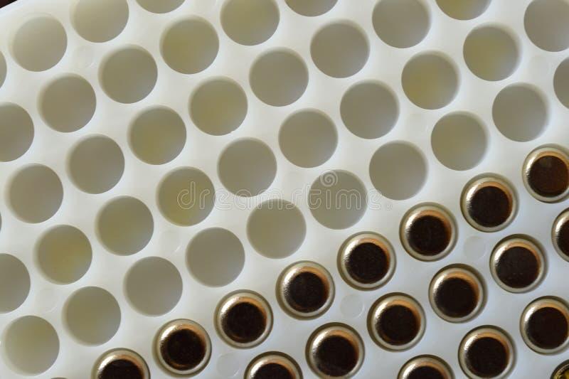Праймеры боеприпасов в частично заполненном подносе хранения стоковые фотографии rf