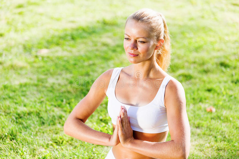 Download Практика йоги стоковое изображение. изображение насчитывающей утро - 41651203