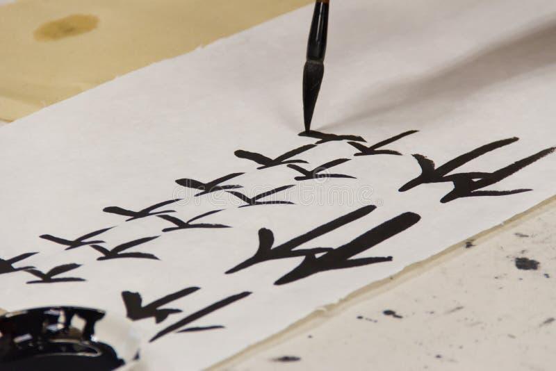 Практика писать китайские характеры стоковое изображение rf