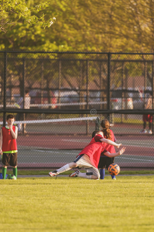 Практика футбола молодости стоковые фотографии rf