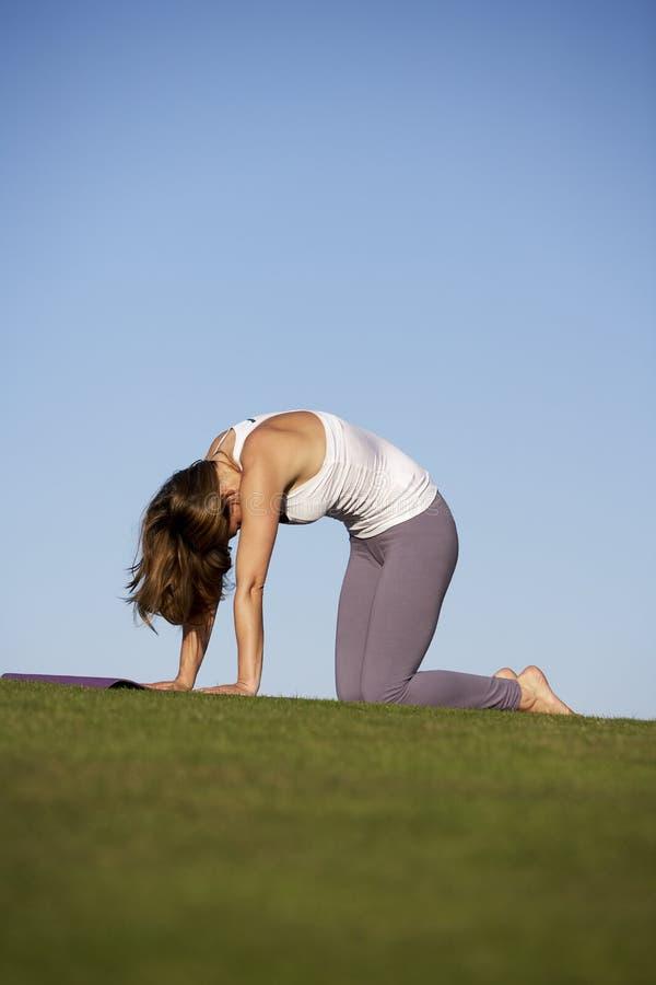 практикуя йога стоковое изображение rf