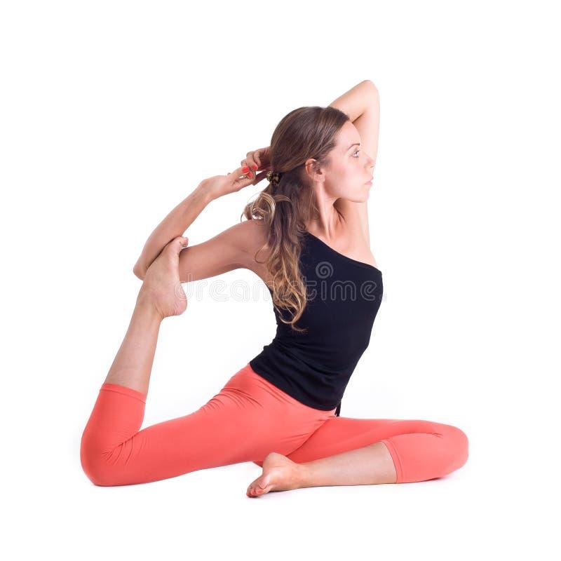 Практикуя тренировки йоги/королевский голубь представляют - Eka Pada Rajakapotasana стоковое изображение rf