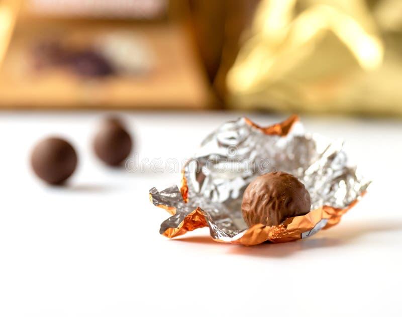 Пралине шоколада создало программу-оболочку в фольге стоковые изображения