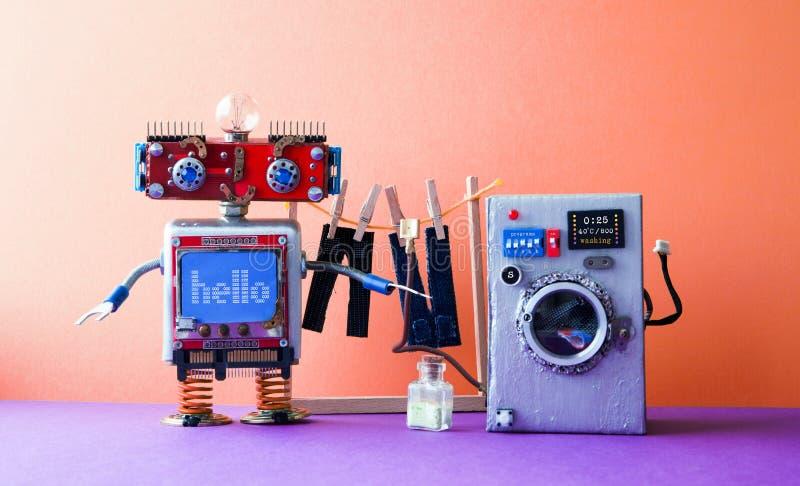 Прачечная автоматизации робота Робототехническая шайба с сообщением здравствуйте! Серебряная стиральная машина, брюки джинсов ` s стоковые изображения rf