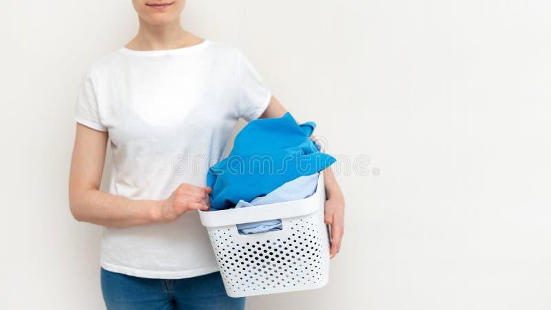 Прачечная внутренняя с корзиной одежд стоковое изображение