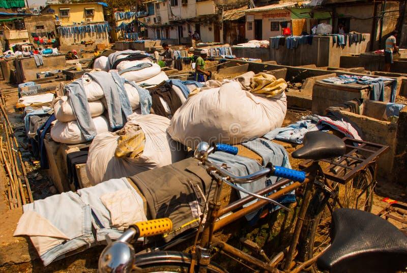 Прачечная в Индии Прачечная, сухие вещи на веревке для белья Мумбаи стоковые фотографии rf